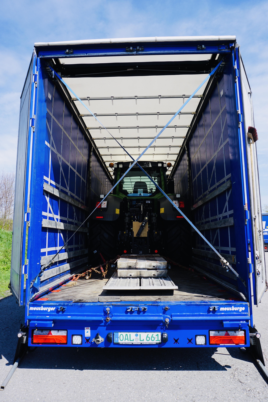 https://www.leinsle.com/wp-content/uploads/Traktor_Transporte_Plane.jpeg